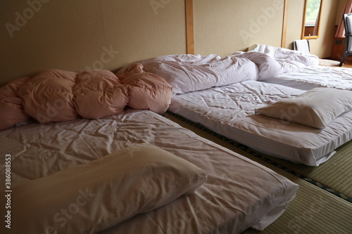 Fototapeta 旅館の畳んでない布団