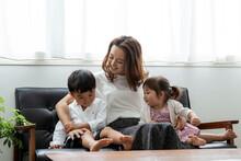 ソファに座る日本人親...