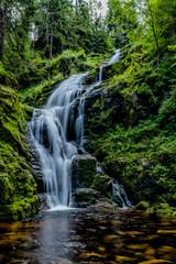piękny wodospad górski, woda mech piękno natury