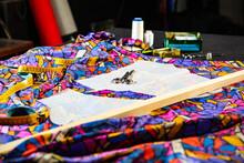 Mesa De Costura Con Telas Estampadas, Patrones Tijeras Y Regla