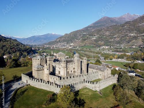 Il castello di Fenis dal drone in Val D Aosta