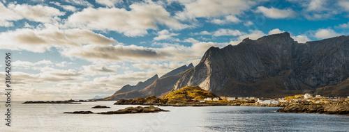 Widok na wyspie Moskenoya, należącej do archipelagu Lofoty w Norwegii