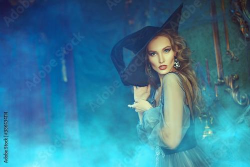 Obraz lady in dress of witch - fototapety do salonu
