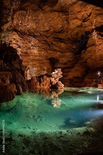 Photo Magnifique grotte avec réserve d'eau