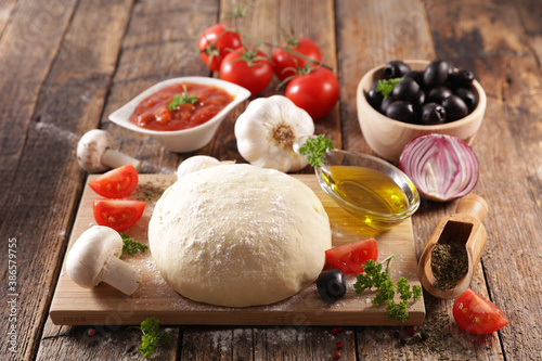 Papel de parede raw dough pizza with ingredient on board