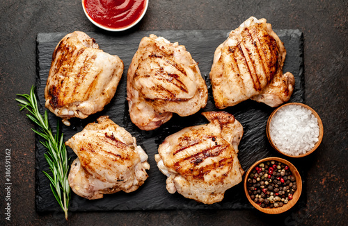 Fotografía grilled chicken thighs without skin on a stone background