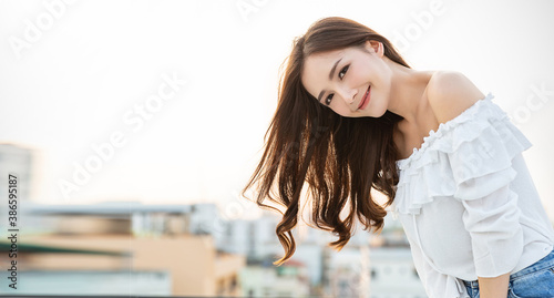 Obraz na plátně Portrait of young beautiful innocence asian woman in sky roof top