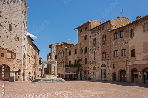 Naklejka premium square in the town of San Gimignano during the lockdown for COVID-19