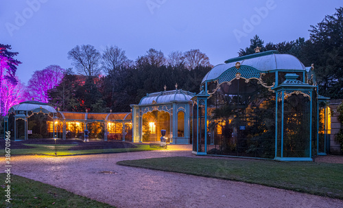 Foto The aviary at Waddesdon Manor illuminated for Christmas.