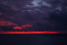 日本海の夜明け 日の出 朝焼け 能登 水平線 荘厳な 朝