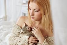 Frau Hält Kleine Katze