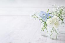花を飾る 淡い花の背...