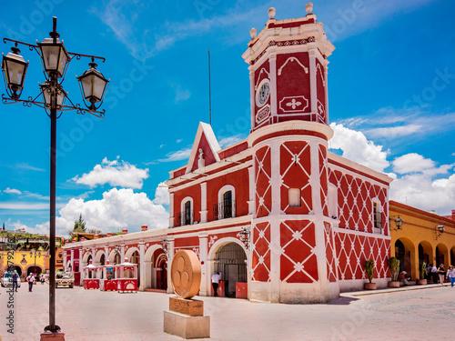 Obraz Pueblo magico de Bernal en Queretaro, Mexico. Arquitectura virreinal con cielo azul. Turismo gastronómico. - fototapety do salonu
