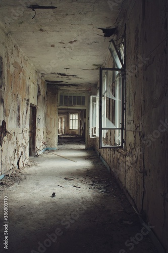 Fotografía Passage in a decaying building, warm tones