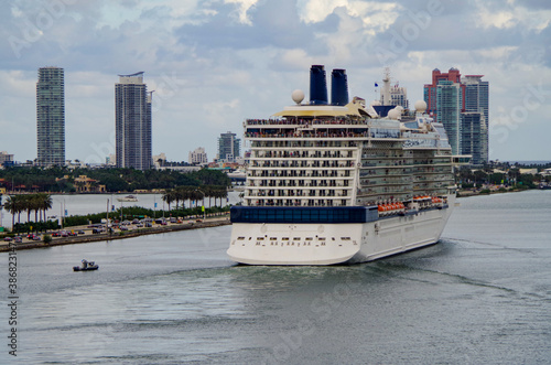 Fotografija Luxury modern cruiseship or cruise ship liner departing port of Miami with South