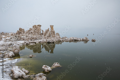 Fotomural Winter morning at Mono Lake with unique tufa formations
