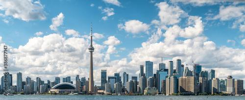 Naklejka premium Panoramic view of Toronto skyline and Lake Ontario during summer in Toronto, Ontario, Canada.