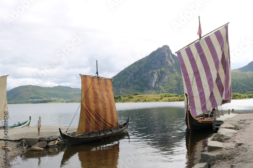 Cuadros en Lienzo Viking ships in port surrounded by mountains