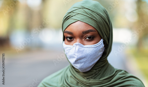 Black Muslim Lady In Protective Face Mask Posing Standing Outside Fototapet