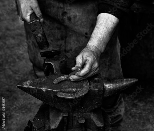 Photo Blacksmith working with hammer