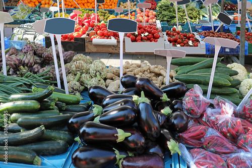 Foto Fresh vegetables on market stall
