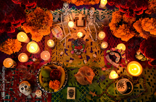 Mexican day of the dead altar at night in dim candlelight Fototapet