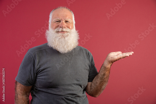 Cuadros en Lienzo Old man with a long beard on a red background