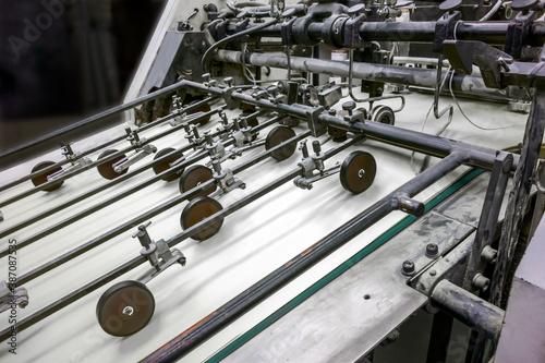 Valokuva 旧型オフセット枚葉印刷機の給紙部のクローズアップ