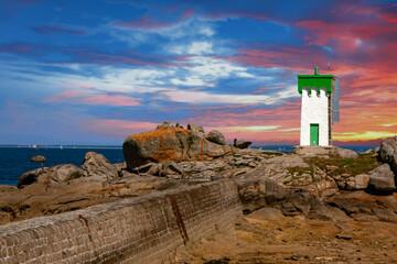 Trégunc. Coucher de soleil sur le phare de la pointe de Trévignon. Finistère. Bretagne