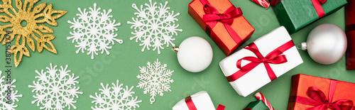 Fotografia panoramic shot of colorful gift boxes, christmas balls and decorative snowflakes