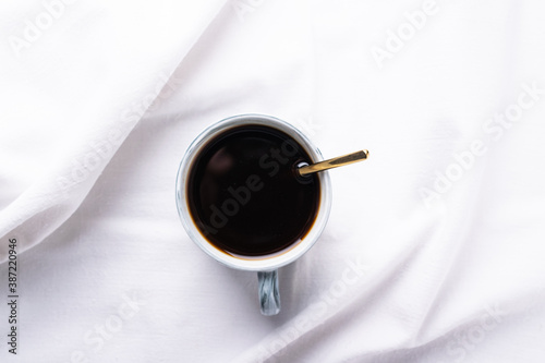 Fotografía a cup of morning coffee on a snow-white sheet