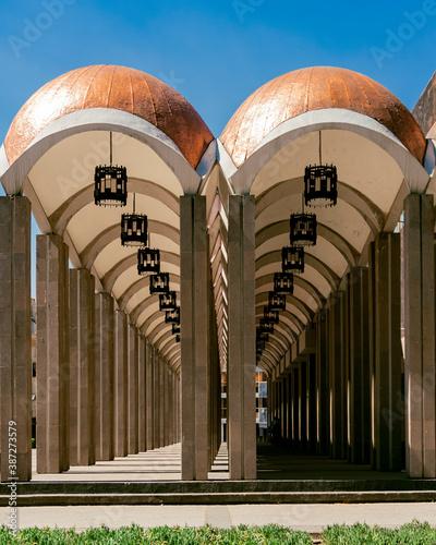 Detalle de columnata perimetral y cúpulas del teatro Morelos en el centro histórico de la ciudad de Toluca, Estado de México.