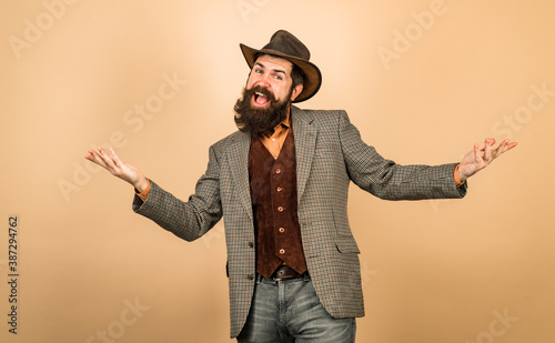 Fotomural Funny retro bearded man in vintage dress. Fun expression.