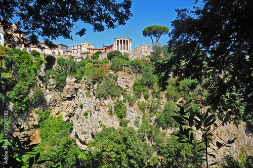 Carta da parati Tivoli - Parco Villa Gregoriana, vista sul tempio della Sibilla