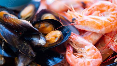 Foto Shrimp and mussel seafood platter close-up shot