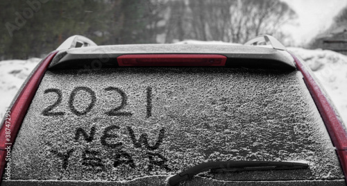 Vászonkép Snow on the car where the numbers are written 2021