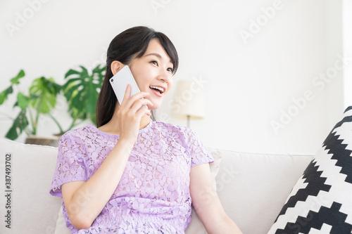 部屋で電話をする女性 Tapéta, Fotótapéta