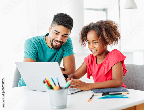 laptop computer education father children daughter girl familiy childhood home c Fototapet
