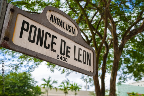 Cityscape sign view of the popular Ponce De Leon boulevard in downtown Coral Gables in Miami, Florida Fotobehang