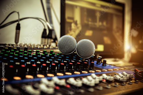 Foto Close-up microphone and audio mixer in studio for recording editor equipment and instrument sound broadcasting and entertainment event concept