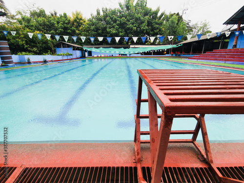 Papel de parede starting block in a outdoor swimming pool with lenes of a competition