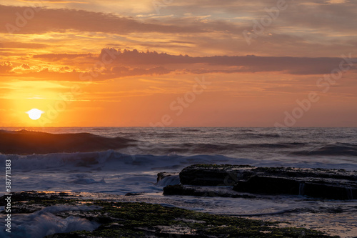 Fotografía Orange sunrise over Turimetta Beach, on the northern beaches in Sydney Australia