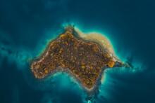 Kleine Insel In Türkisen Wasser, See, Meer