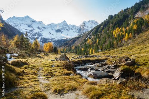 Obraz herbstliche Berglandschaft in den österreichischen Alpen mit Gletscher im Hintergrund - fototapety do salonu