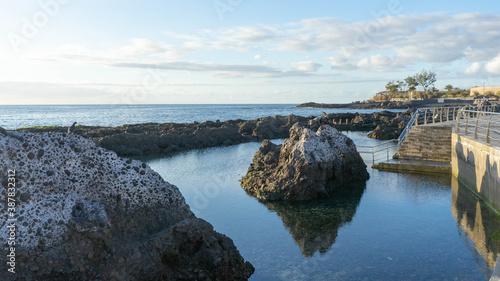 Photo Mar en calma con rocas