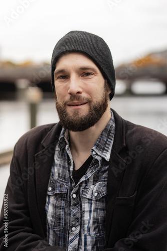 Photo Junger Mann mit Vollbart und Mütze