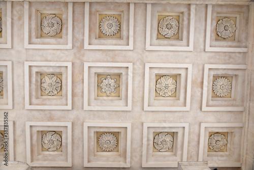 Valokuva Plafond à caissons du temple romain de la maison Carrée à Nîmes, France