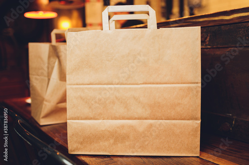 Foto dessert paper bag waiting for customer on counter in modern cafe coffee shop, food delivery, cafe restaurant, takeaway food, small business owner, food and drink concept