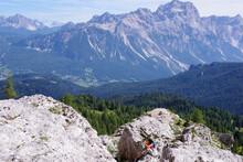 Femme Assise Sur Un Rocher Surplombant La Vallée