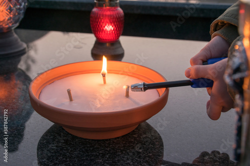 Obraz Podczas zapalania znicza. Wszystkich Świętych - fototapety do salonu